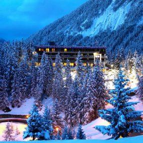 Station de ski de Courchevel la nuit en hiver