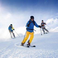 Skieurs sur la neige en hiver