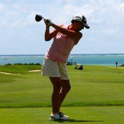 joueur de golf au bord de la mer