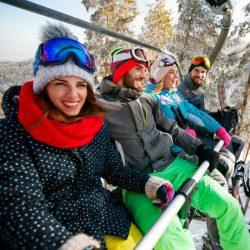 Groupe d'amis sur un télésiège en hiver