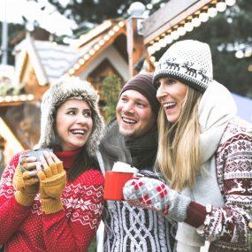Groupes d'amis en hiver à la neige buvant une boisson chaude
