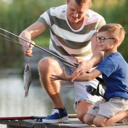 père et son fils à la pêche