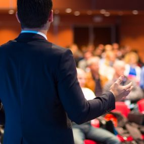 animateur qui s'adresse à son public lors d'un séminaire