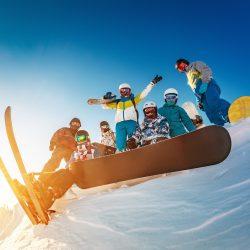 Groupe, snowboarder en hiver