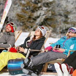 vacances détente entre amis à la neige